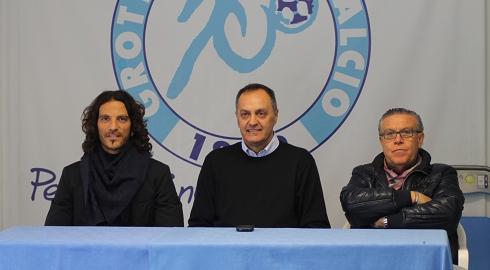 Nella foto il difensore della Fermana Mirko Cudini, il commissario provinciale Aiac Maurizio Tancredi ed il nuovo segretario Carlo Di Giovanni