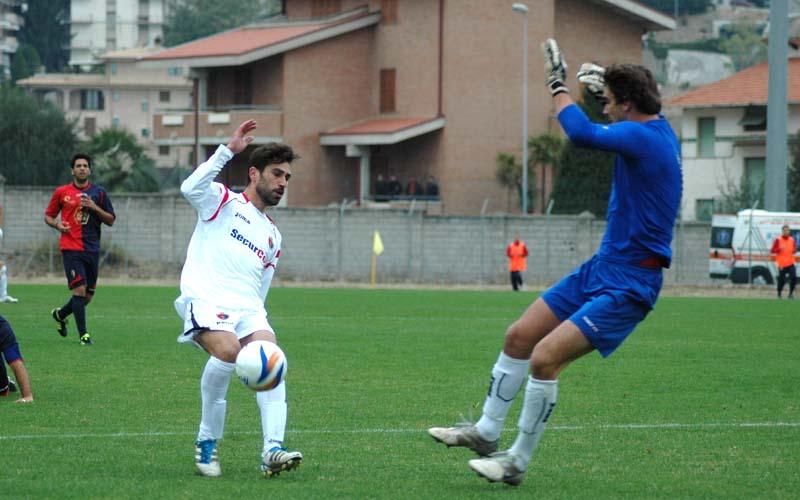Occasionissima per Pazzi nel finale con la Civitanovese nel girone di andata 2011-12 (ph. Giammusso)