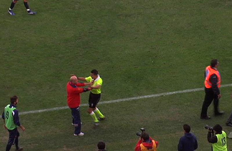 Palladini spinge l'arbitro Livio Marinelli in Samb-Teramo