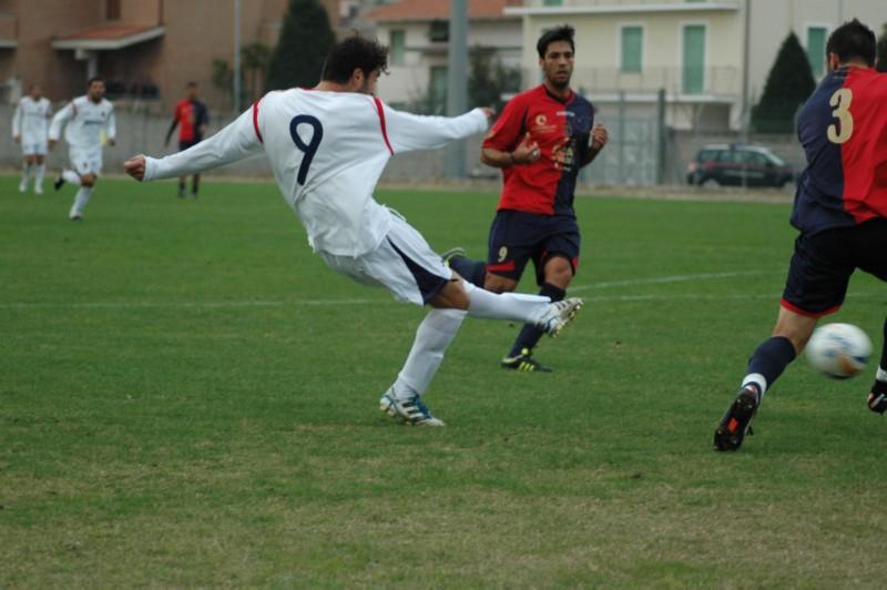 Pazzi scocca il tiro dell'1-1 contro la Civitanovese (ph. Giammusso) modified