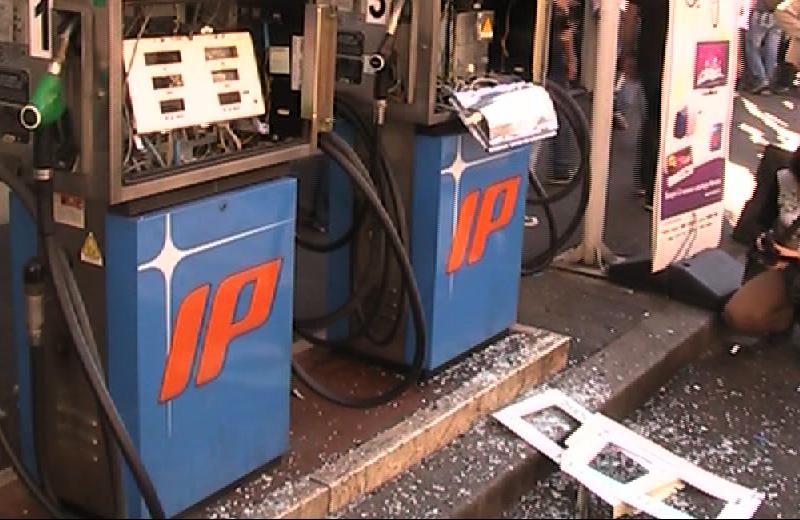 Piccolo distributore benzina devastato