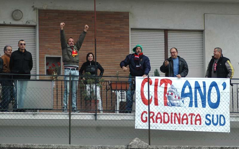 Tifosi Civitanovese sui balconi di Monte Urano esultano dopo il gol (ph. Giammusso)