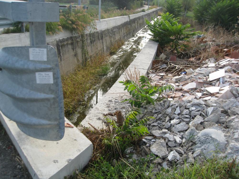 Calcinacci gettati a ridosso del fosso di via Molino