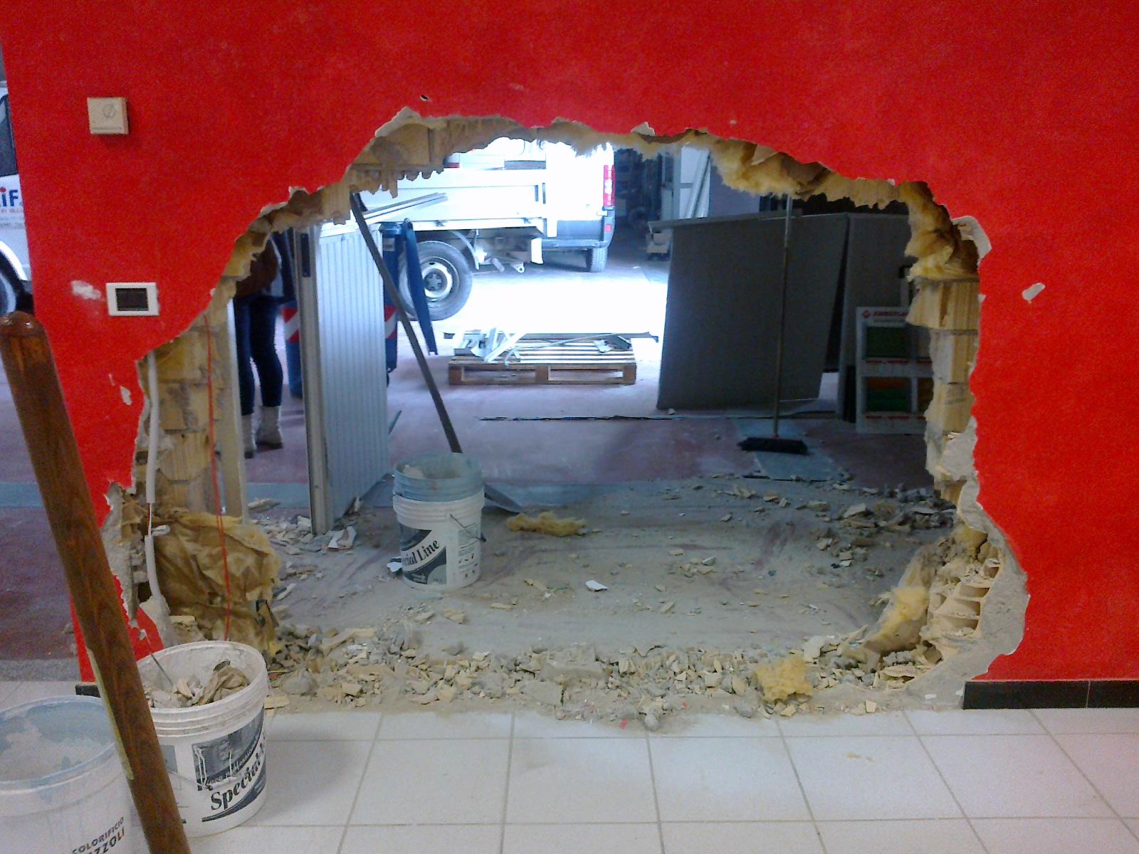 Uno dei muri sfondati con il muletto dai ladri