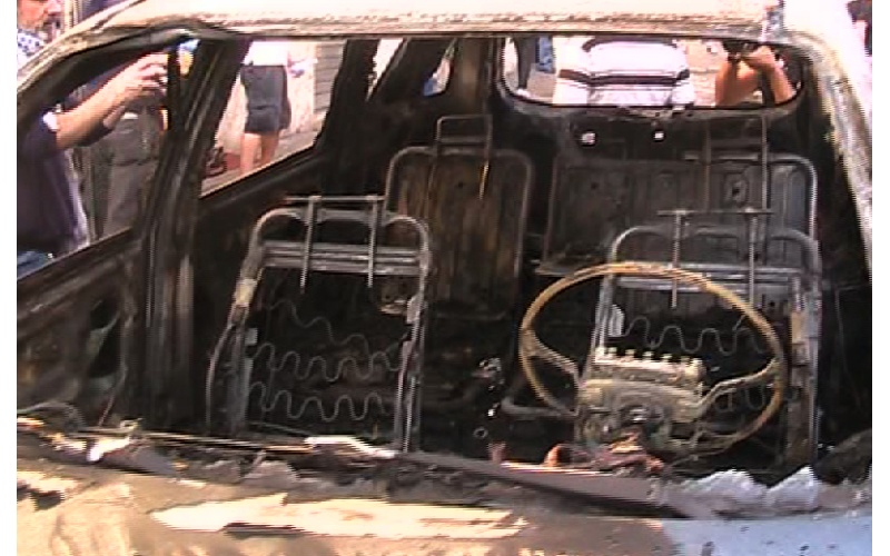 Un'auto bruciata in via Cavour a Roma, 15 ottobre 2011