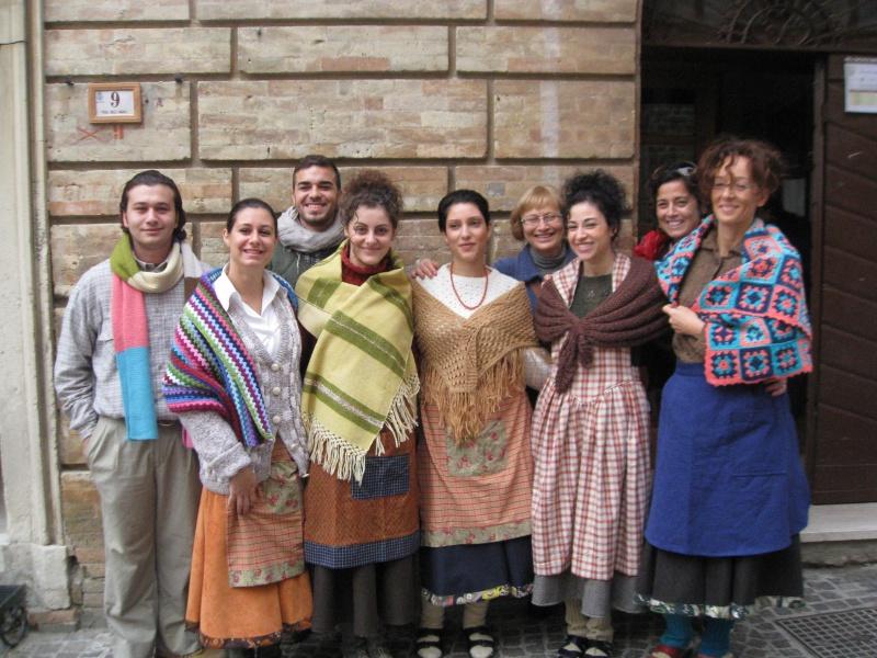 Partecipanti con gli abiti preparati dal Centro di formazione professionale di Daniela Giobbi