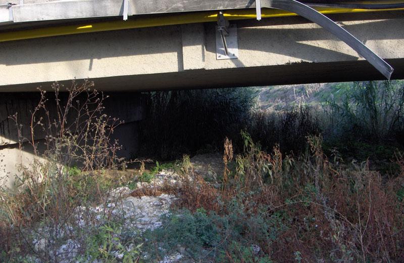 Detriti e ghiaia sotto il ponte della ss16 riducono l'altezza delle arcate a un metro e mezzo circa