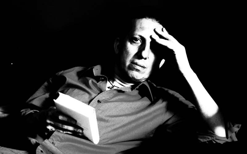 Camillo Langone, pensieroso e chino sui libri in una posa tratta dal suo sito web