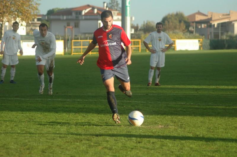 Di Vicino realizza il 2-1 a Sant'Egidio (ph. Giammusso)