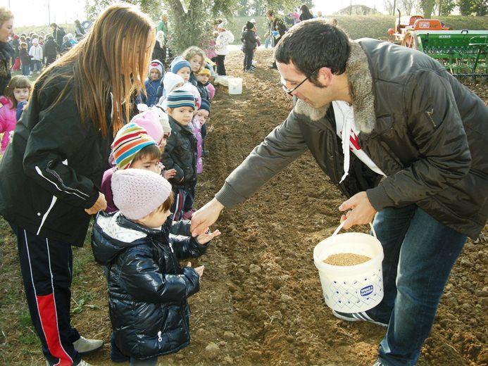 I bimbi impegnati nella semina