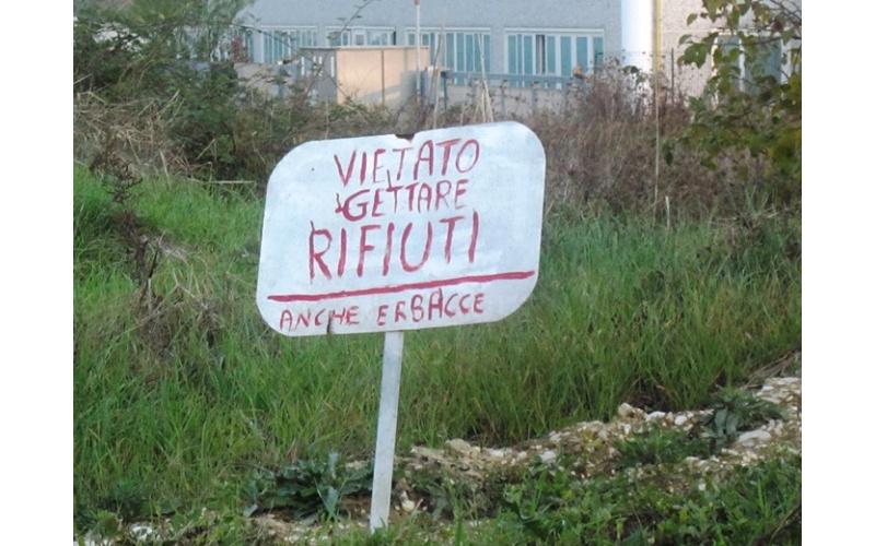 Ironico cartellone davanti al sansificio