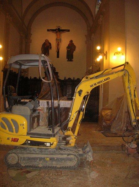 I lavori all'interno della Chiesa di San Giacomo