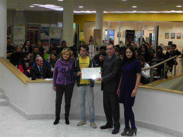 Il vincitore Francesco Romano con la sua professoressa Maria Siliquini riceve il premio da Marco Calvaresi ed Emanuela Voltattorni