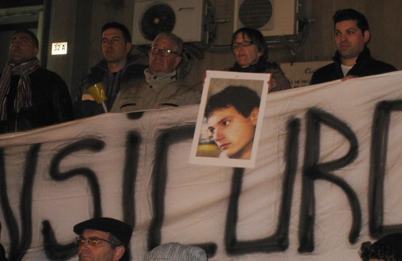 La madre di Antonio De Meo espone una foto del figlio ucciso nel 2009 a Villa Rosa