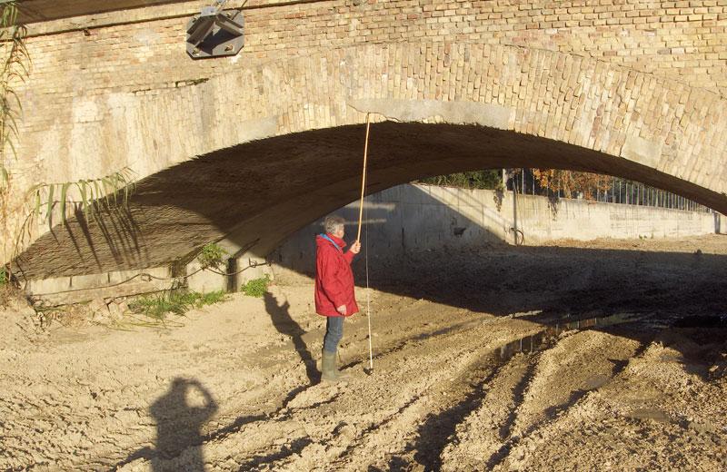 Durante la piena il livello dell'acqua si è innalzato fin sopra le arcate del ponte, con la conseguenza di un