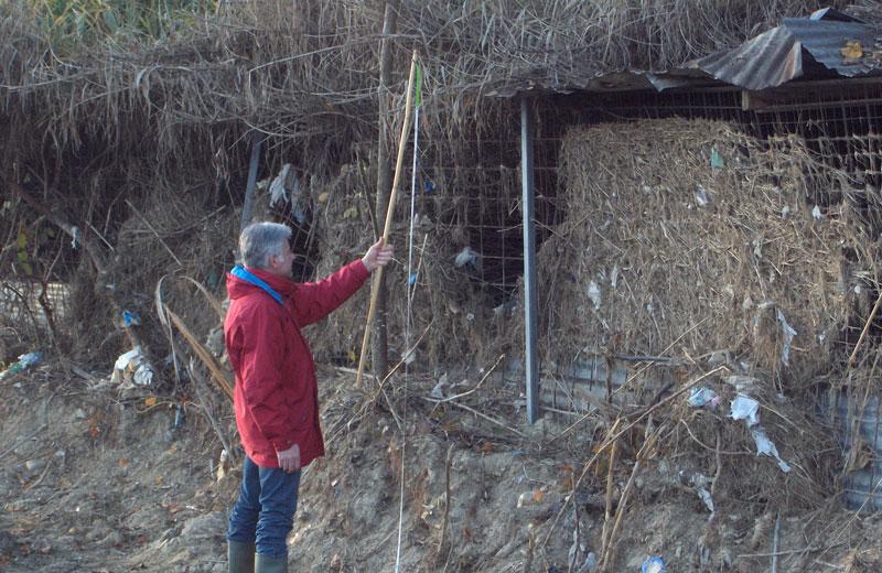 Il livello dell'acqua durante la piena ha superato i due metri (nella foto il pollaio abusivo costruito nell'alveo del torrente)