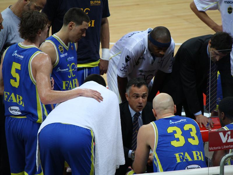 La Sutor, durante un time out, riunita intorno al suo allenatore