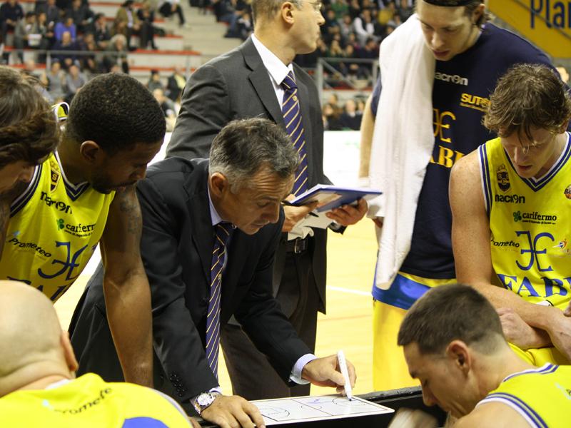 L'allenatore Valli con i suoi uomini durante un time-out