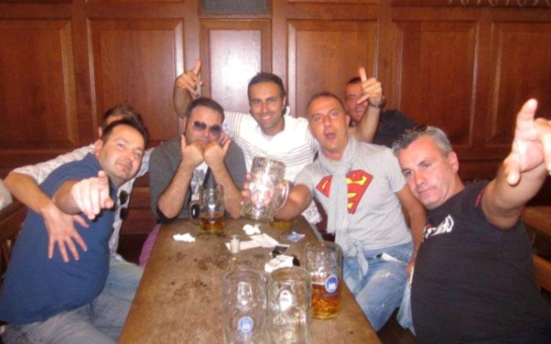 Massimo Zagaglia (con la maglia di Superman) insieme a degli amici
