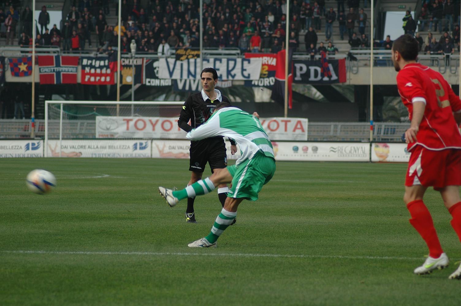 Napolano calcia la punizione dell'1-0 contro il Luco Canistro (ph. Giammusso)