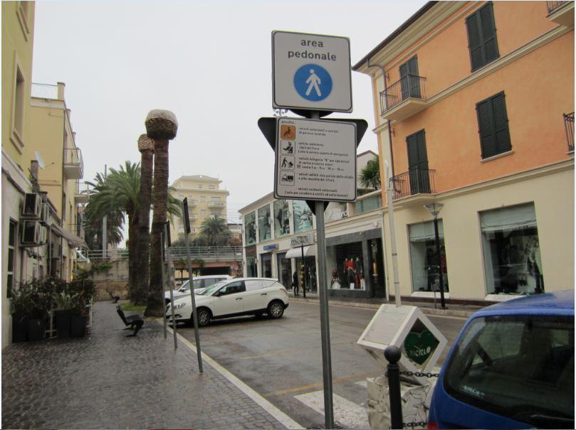 Parcheggi gratis per assessori e consiglieri comunali. Qui l'automobile di un consigliere comunale lasciata in zona pedonale 2