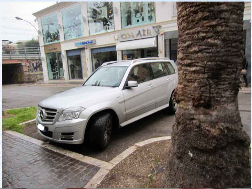 Parcheggi gratis per assessori e consiglieri comunali. Qui l'automobile di un consigliere comunale lasciata in zona pedonale