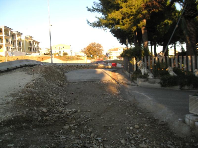 La strada sopraelevata e i lavori fermi dinanzi all'abitazione Troiani