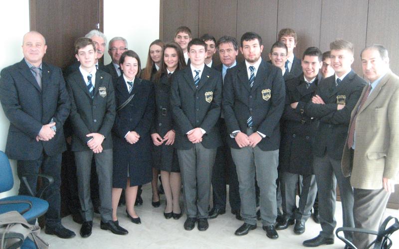Studenti del Liceo Scientifico Aeronautico di Corropoli insieme al preside e a componenti della Banca Picena Truentina e della Fondazione Val Vibrata College