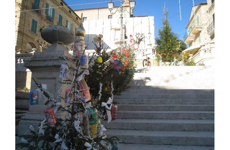 Alberi di Natale sulla scalinata del centro storico a Colonnella