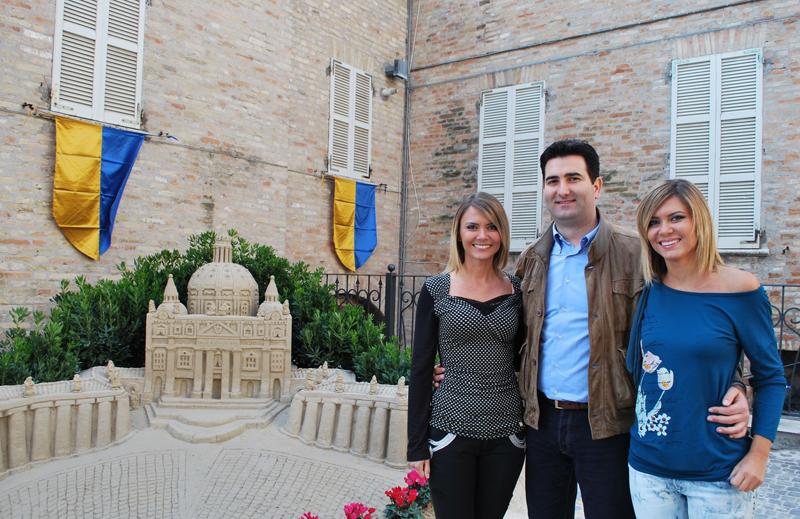 Il Sindaco Stracci con Laura e Silvia Squizzato
