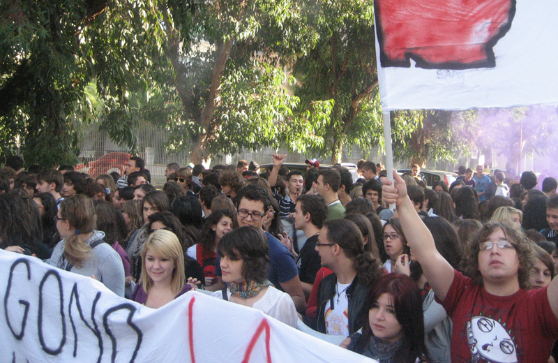 Gli studenti di Robin Hood durante una manifestazione in piazza