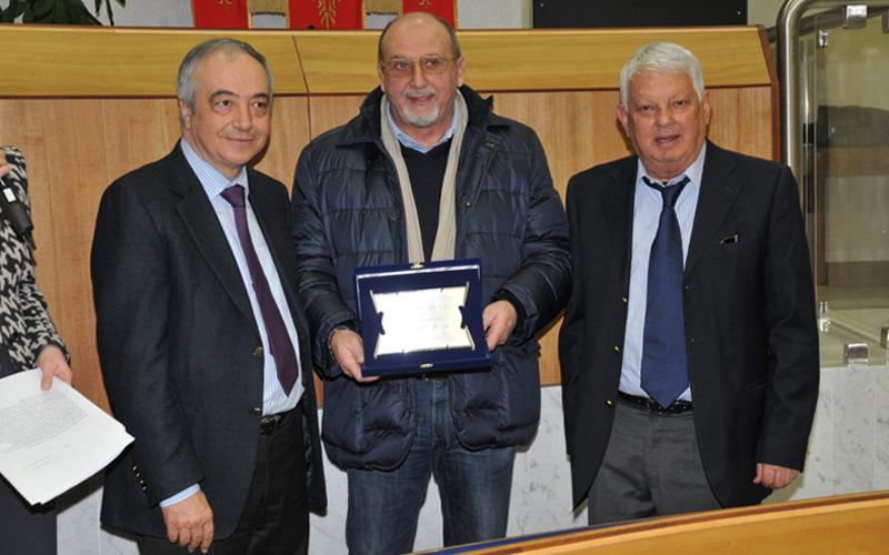 Il presidente della Pro Loco Enrico Perotti e il giornalista Aleandro Di Silvestre consegnano al nostro direttore il premio