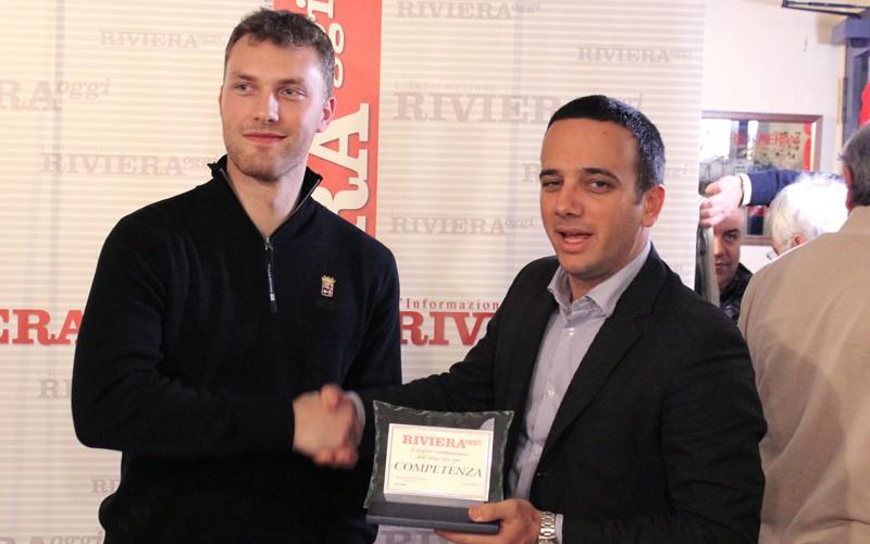 Giuseppe Formentini mentre premia Alessandro Palestini durante una festa di Riviera Oggi