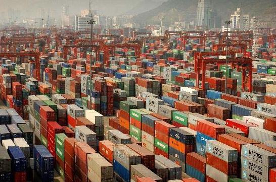 Cina, il porto di Shenzen e i container pronti per l'esportazione di merci (Asianews.it)