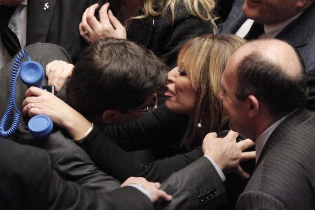 Cosentino riceve un bacio da Alessandra Mussolini