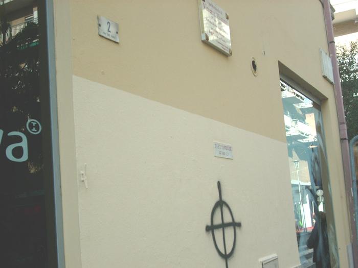 Croce celtica sotto la targa ad Illuminati