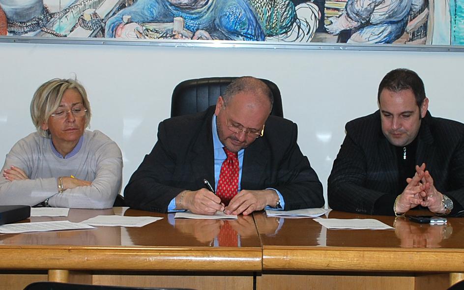 Gaspari firma l'accordo coi sindacati.