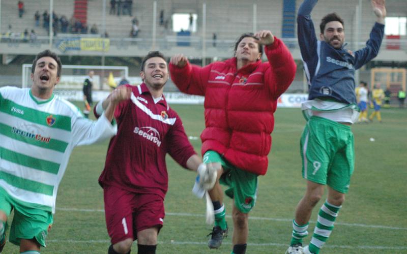 I rossoblu adesso ci credono, da sinistra Bordi, Di Vincenzo, Oretti e Pazzi festeggiano la vittoria contro il Trivento (ph. Giammusso)