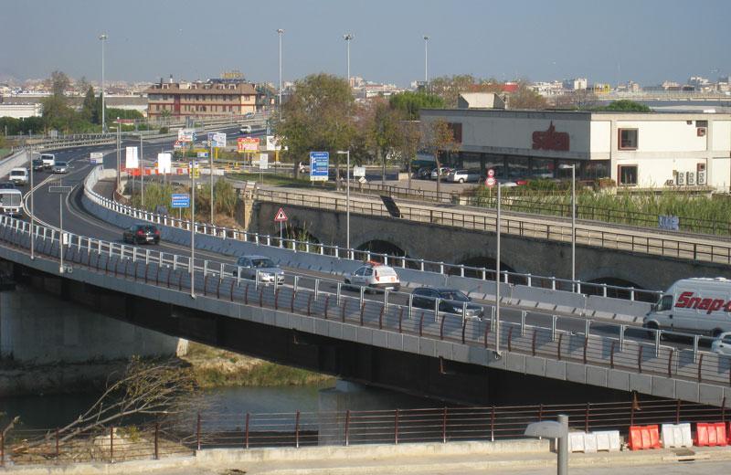 Il ponte sul Tronto (foto d'archivio)