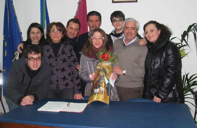 Il sindaco Leandro Pollastrelli, il presidente dell'associazione Franco Cucco e il gruppo di contrada Civita