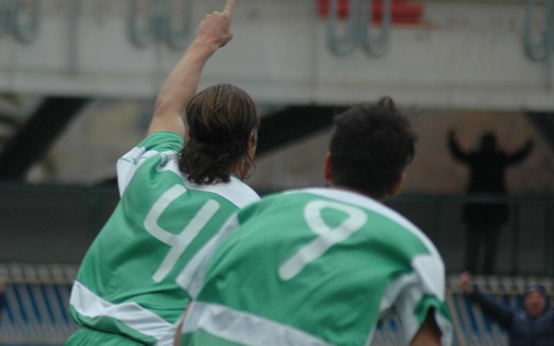 Marini festeggia il gol inseguito da Pazzi