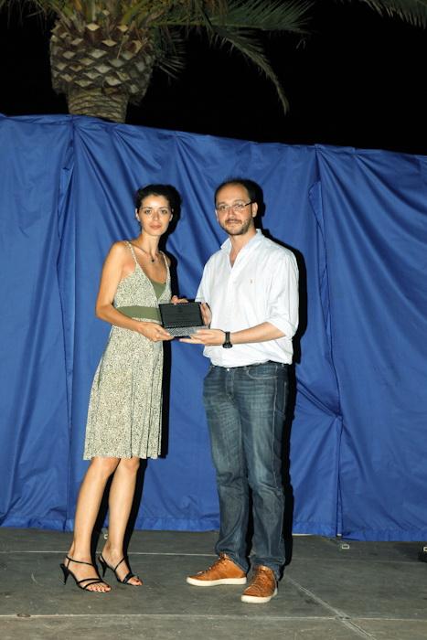 Sara Casotti premiata dal giornalista e critico letterario Simone Gambacorta