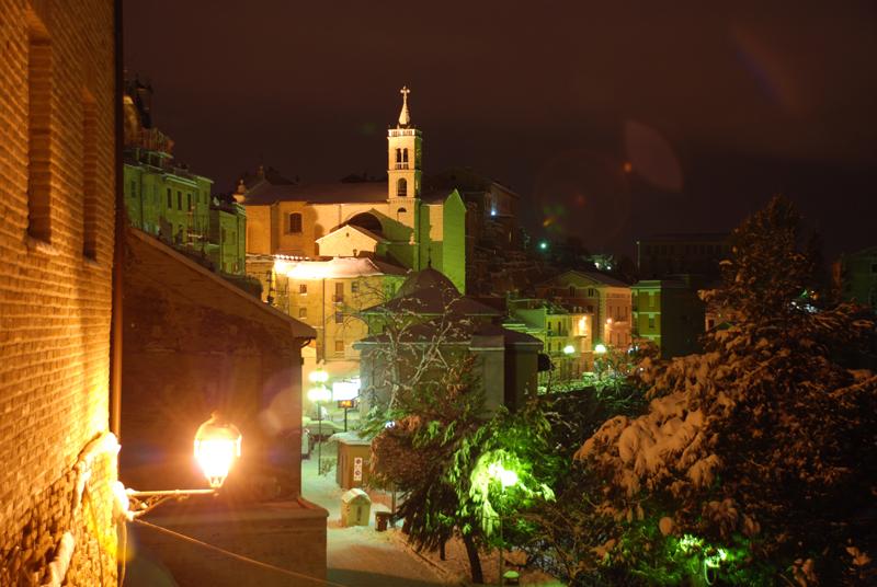 Acquaviva innevata di notte, foto di Francesco Rossi, febbraio 2012