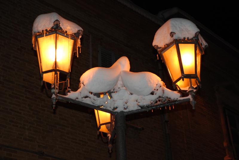 Acquaviva, un lampione romantico con la neve (e il ghiaccio), foto di Francesco Rossi