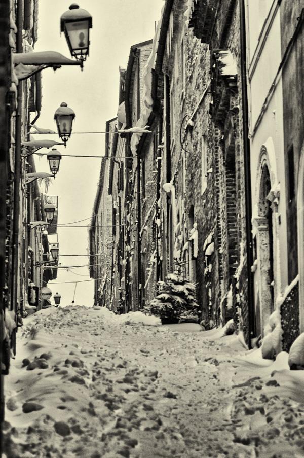 Centro storico Acquaviva. La neve del febbraio 2012 vista da Andrea Tomassini
