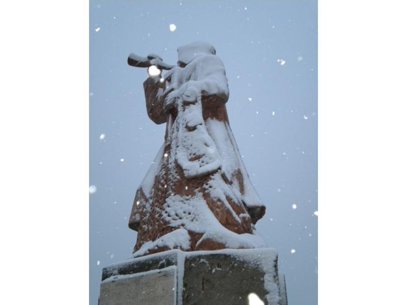 Giuseppe Fabiani fotografa il monumento al Pescatore, neve 3 febbraio