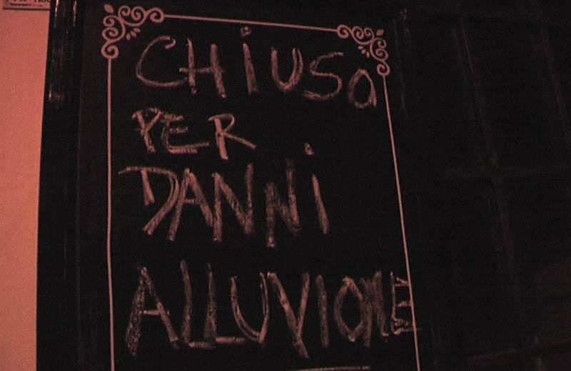 Il cartellone del ristorante Estrò