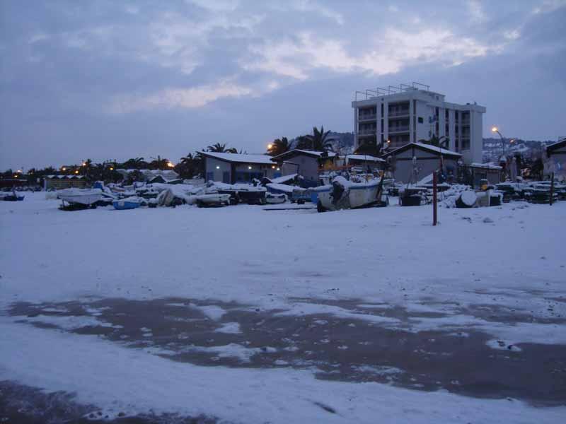 La spiaggia e le barche di Grottammare con la neve, domenica pomeriggio, 5 febbraio (Guendalina Acquaroli)