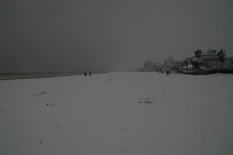 La spiaggia innevata di San Benedetto, 3 febbraio 2012 (foto di Maurizio Grandoni)