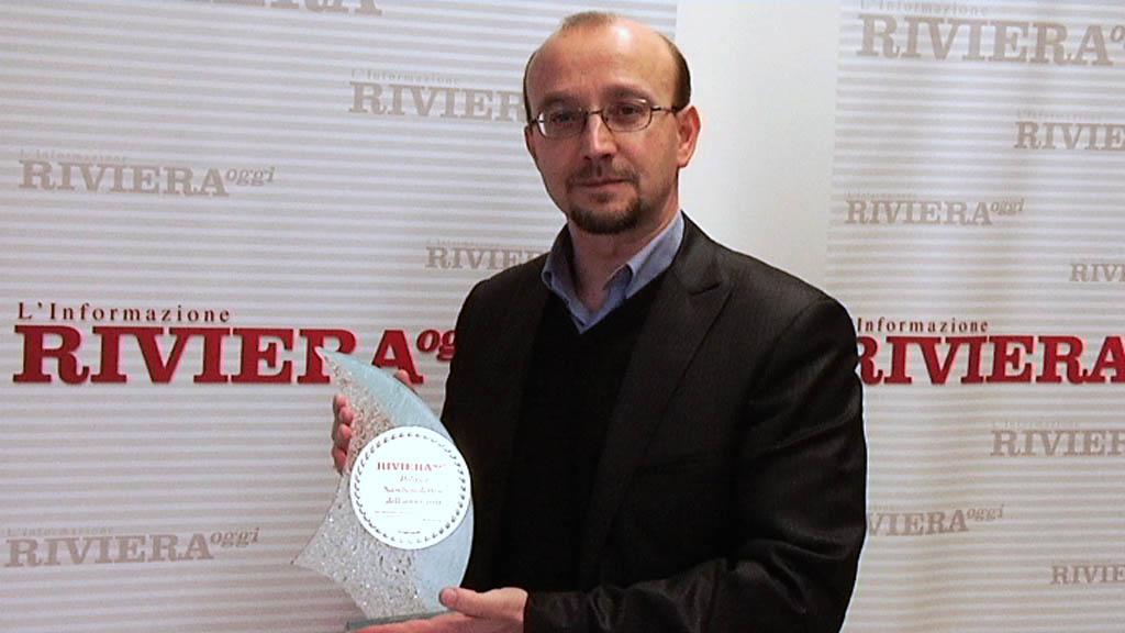 Luca Vignoli con il premio di Riviera Oggi